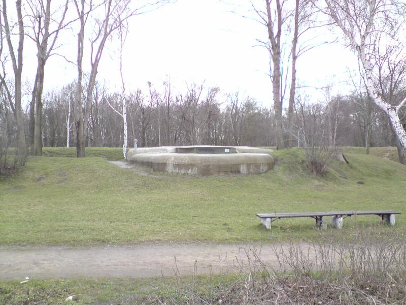 Placówka Fort stanowisko armat przeciwdesantowej baterii morskiej z 1911 roku połaczone ze stanowiskiem dowódcy baterii. Podczas obrony Westerplatte w 1939 roku było schronem dla załogi i zapleczem obrony na wypadek szturmu wzdłuż wschodniej plaży Westerplatte. foto. wozówka.pl