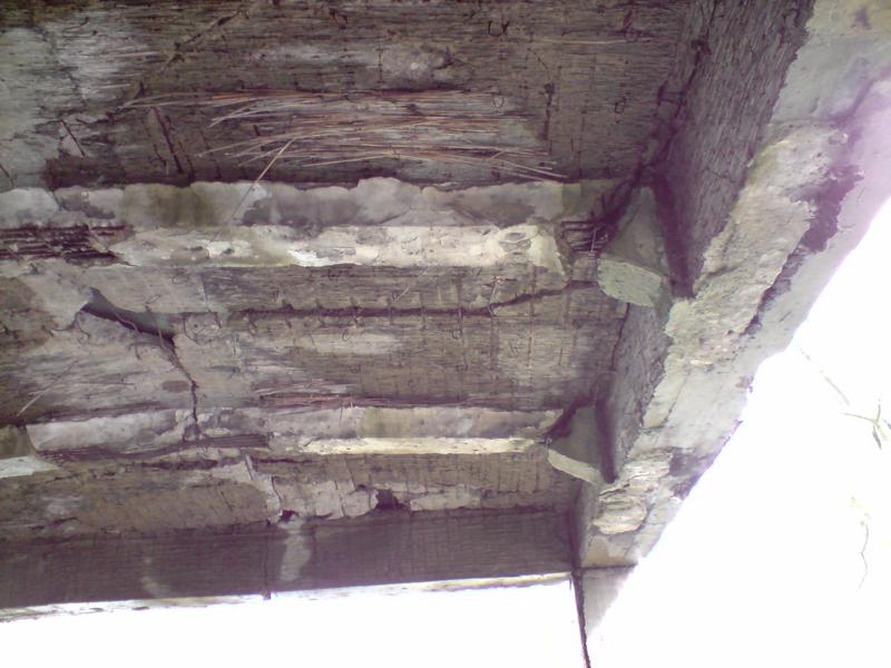 Stropy nowych koszar na Westerplatte zostały zaprojektowane jako spręzyste cienkie płyty żelbetowe zbrojone jednokierunkowo z podparciem na mocnych podciągach żelbetowych. W teorii górne stropy miały się zawalić wzmacniając strop najniższej kondygnacji nowych koszar, w praktyce budynek bez większych uszkodzeń przetrwał bombargowania lotnicze i ostrzał pancernika Schlezwig-Holstein. Przetrwał nawet powojenne wyburzanie przez saperów LWP, którzy w w koszarach detonowali niewybuchy. foto. wozówka.pl