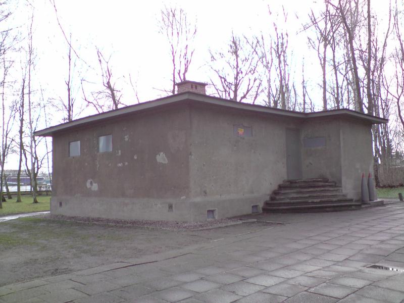 Wartownia nr 1 WOjskowej Składnicy Tranzytowej na Westerplatte jest dziś ikoną obrony tego miejsca we wrześniu 1939 roku. Bardzo dobrze zaprojekotwane strażnice były w rzeczysiwtości schronami bojowymi o wysoich walorach obronnych z doskonale zamaskowanymi stanowiskami szybkostrzelnej brni maszynowej. Ich wzmacniana betonem konstrukcja i świetnie zaprojekotwane kierunki ostrzału całkowicie zamykały możliwość dostępu do WST na Westerplatte niemieckim jednotkom. foto wozówka.pl
