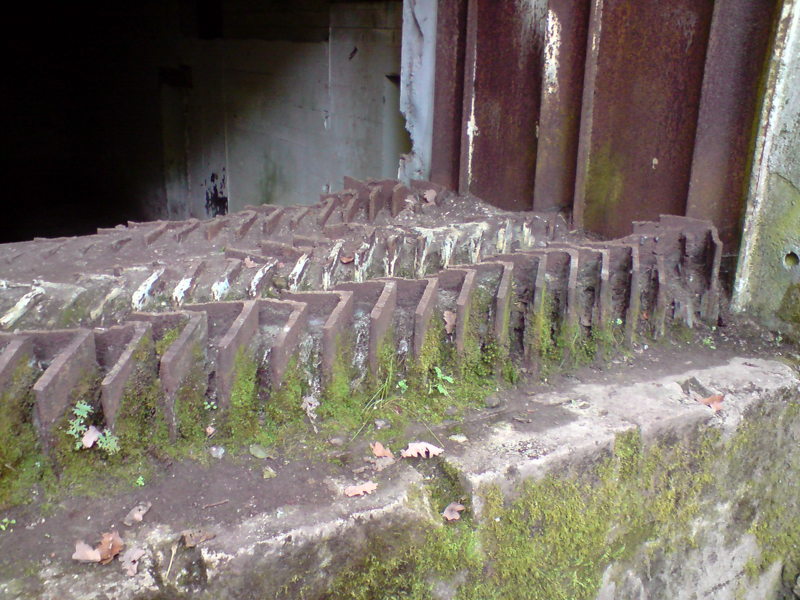 Kompleks scronów kolejowych w Konewce i Jeleniu, każdy wbył wyposażony w we własną kotłownie i agregaty prądotwórcze zabudowane w potężnych shronach przeciwlotniczych. foto wozówka.pl