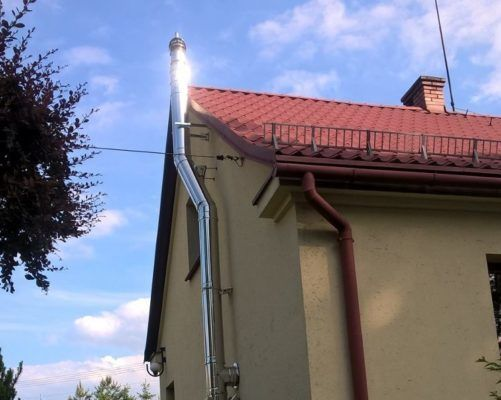 Dostawiony do elewacji budynku komin spalinowy nowoczesnej kotłowni gazowej to ciekawe rozwiązanie dla budynków opalanych paliwami stałymi.