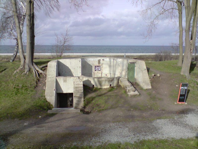 Stanowiska przeciwdesantowe wykonane przed pierwszą wojną światową były elementami umocnień polskiej Wojskowej Składnicy Tranzytowej na Westerplatte. Betonowe działobitnie z ukrytymi pod ziemnią składami amunicji stanowiły doskonałe zabezpieczenie przed ostrzałem artyleryjskim pancerników Schlezwig-Holstein i Schlesien. Działobitnie sprzed pierwszej wojny światowej zachowały się w doskonałym stanie do dnia dzisiejszego. foto. wozówka.pl