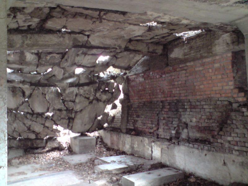 Nowe Koszary na Westerplatte świetnie widać zachowanie stropów zbrojonych jednokierunkowo. Widoczne pomieszczenia (pradopodobnie) agregatów/kotłowni tuż obok zbrojowni i składu amunicji. foto. wozówka.pl