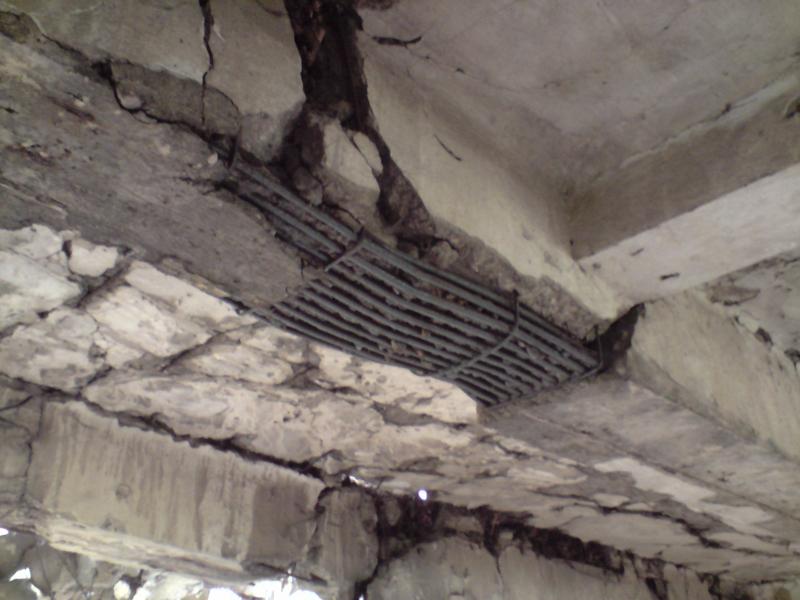 Nowe koszary na Westerplatte, doskonale widoczne zbrojenie głownego podciągu stropu (pręty gładnie i niewielka ilością strzemion jednociętych, pojedynczych). Na głownym podciągu leża podciągi poprzeczne wzmacniające strop międzykondygnacyjny. foto. wozówka.pl