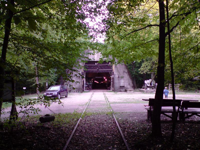 Zabezpieczony pancernymi drzwiami wlot do tunelu schronu kolejowego dla pociągu sztaboweg niemieckiego sztabu. foto. wozówka.pl