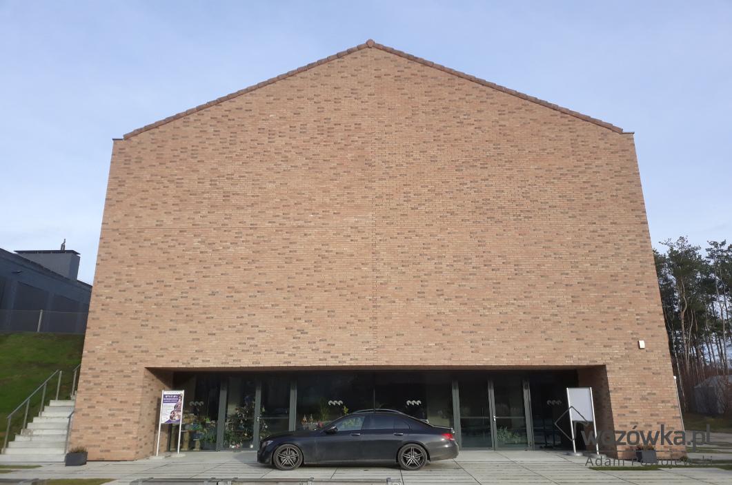 Murowana ceglana ściana szczytowa hotel przy skansenie w Sierpcu. Idealnie wymieszana cegła tworzy spójny, choć niepowtarzalny wzór.