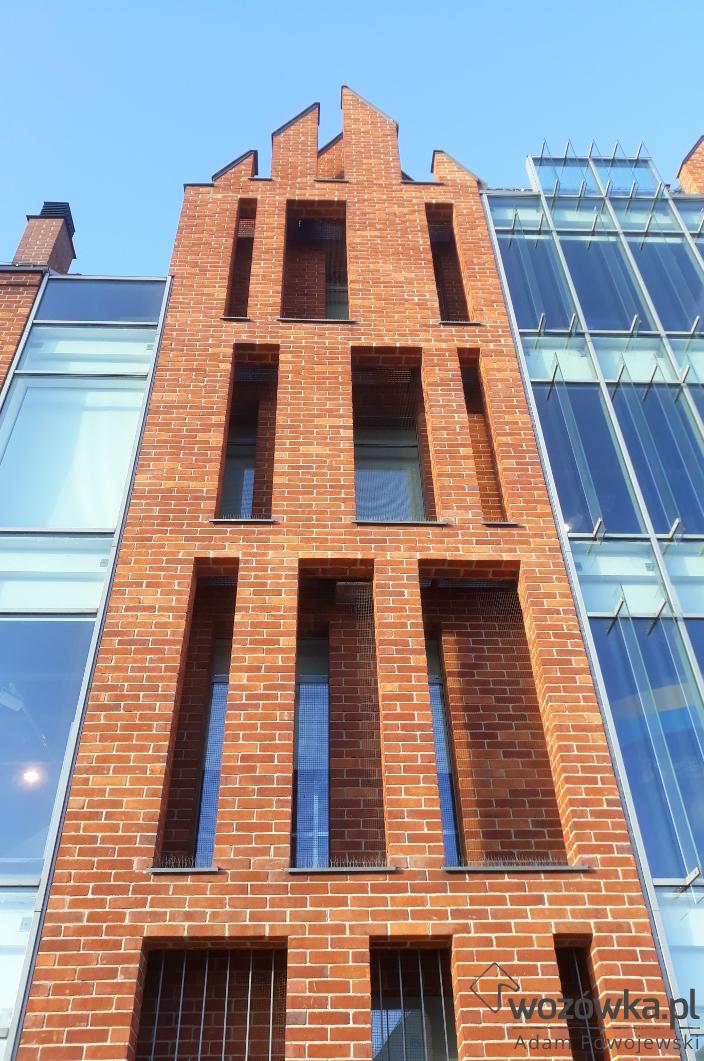 Ceglane elewacje Muzeum Morskiego w Gdańsku. Ceglano szklane ściany budynku w widoku od strony Motławy.
